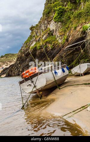 A boat house with boats on the river Gannel estuary, Crantock Beach, near Newquay in Cornwall, UK. - Stock Photo