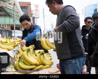Vendors & shoppers in Chinese market, Toronto, Canada. - Stock Photo