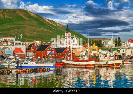 Beautiful view of the historic town of Husavik in golden evening light at sunset, north coast of Iceland - Stockfoto