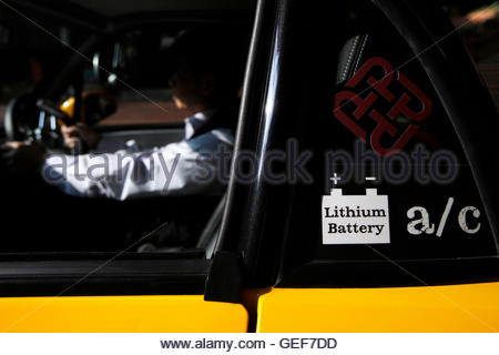 THIS PICTURE IS 3 OF 25 TO ACCOMPANY INSIGHT 'ELECTRIC-CAR/BIG OIL'. SEARCH IN YOUR PICTURE SYSTEM FOR KEYWORD 'ELECTRIC - Stockfoto