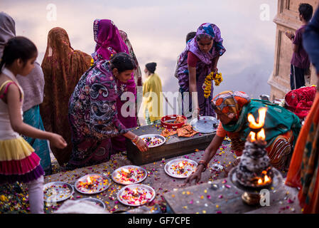 Yamuna aarti puja - evening ceremony with devotees dedicating offerings to the holy river. Vrindavan, Uttar Pradesh, - Stock Photo
