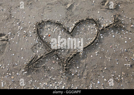 heart symbol with arrow drawn on the Beach - Stockfoto