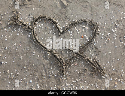 cupid symbol with heart drawn on the Beach - Stockfoto