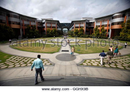 Employees walk in a forecourt at the Infosys campus in the Electronic City area of Bangalore September 4, 2012. - Stockfoto