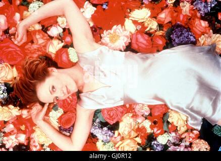 DAS ROSENBETT- Szene: Lisa (MARY STUART MASTERSON) wird von einem geheimnisvollen Verehrer auf Rosen gebettet. Regie: - Stock Photo