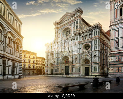 Facade of famous basilica in Florence at sunrise - Stockfoto