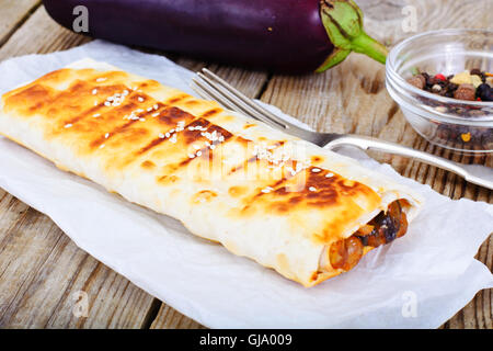 Grilled Pita Bread with Chickpeas and Eggplant - Stockfoto