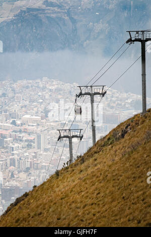 Running from the edge of Quito up the east side of Pichincha mountain, the Teleférico is one of the highest aerial - Stockfoto