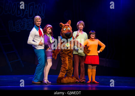 London, UK. 17th August, 2016. Cast members on stage during the photo call for the new Scooby Doo musical at the - Stock Photo