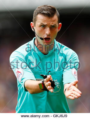 Britain Soccer Football - Tottenham Hotspur v Crystal Palace - Premier League - White Hart Lane - 20/8/16  Referee - Stock Photo