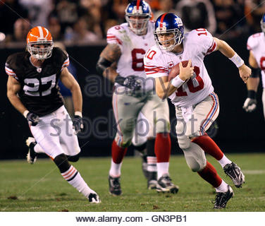 New York Giants Eli Manning scrambles for yardage during the third quarter of their NFL football game against the - Stock Photo