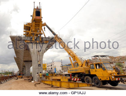 Labourers work at a flyover undergoing construction in the southern Indian city of Hyderabad July 2, 2009. India - Stockfoto
