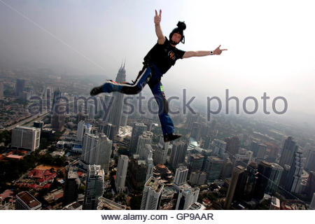 BASE jumper Deane Smith of Calne in England leaps before parachuting down from Kuala Lumpur Tower in Malaysia's - Stockfoto