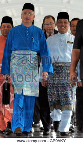 Malaysia's Prime Minister Najib Razak (L) and his deputy Muhyiddin Yassin arrive for the presentation of Budget - Stockfoto