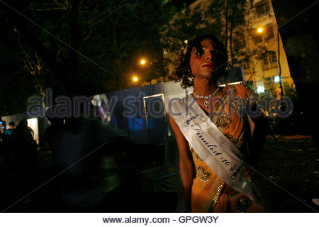 A contestant waits to walk onstage before the finals of 'Indian Super Queen', a beauty pageant for the transgender - Stockfoto