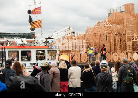 London, UK. 4rd  September, 2016. Preparations begin to tow the London's Burning Barge  into the centre of the River - Stockfoto