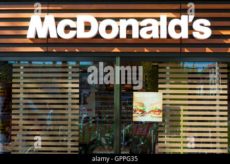 mcdonalds serving fast food around the Mcdonald's: serving fast food around the world international case: mcdonald's: serving fast food around the world answer 1: a thorough understanding of the case leads us to the following opportunities and threats for mcdonald's.