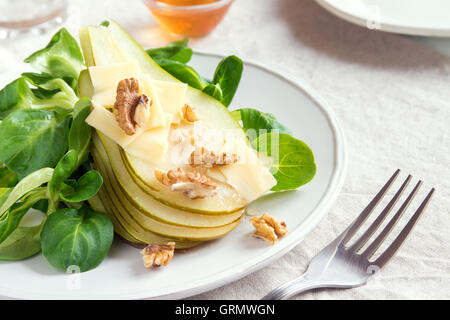 Pear salad with parmesan cheese and walnuts - Stockfoto