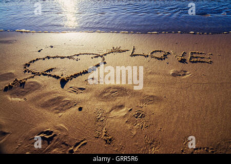 Heart and arrow drawn on the sand at the beach.  Love concept - Stockfoto
