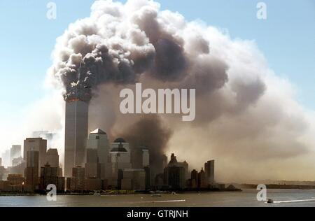 New York, Germany. 11th Sep, 2001. (dpa) - Clouds of smoke rise from the burning upper floors of the World Trade - Stockfoto