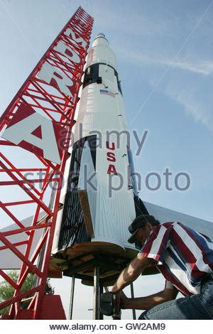 Launch crew member Tom Erb secures the launch pad of rocket builder Steve Eves' one-tenth scale Saturn V rocket - Stockfoto