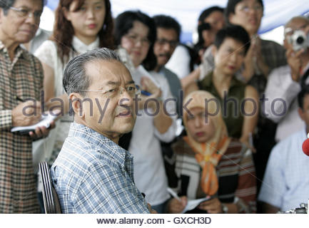Former Malaysia Prime Minister Mahathir Mohamad meets journalists at his residence in Kuala Lumpur October 23, 2006. - Stock Photo