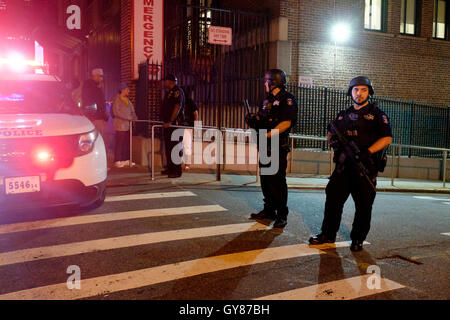 New York, USA. 17th Sep, 2016. The police block a road after an explosion in New York, the United States, Sept. - Stock Photo
