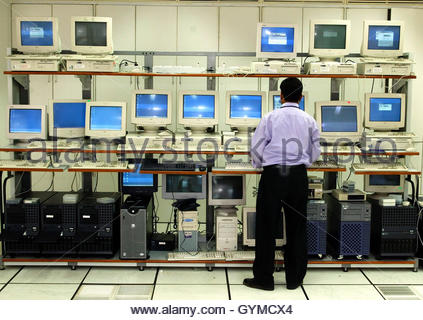 An engineer works in the server room at Infosys Technologies campus at Electronics City in Bangalore January 20, - Stockfoto