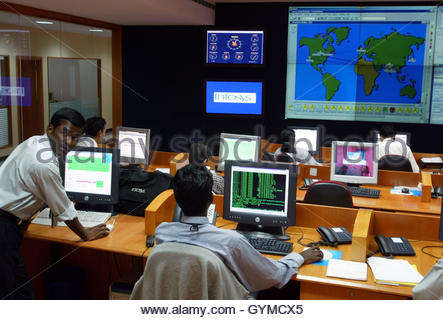 Engineers work in the control room at Infosys Technologies campus at Electronics City in Bangalore January 20, 2003. - Stockfoto