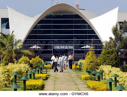 Staff walk in Infosys Technologies campus in Electronics City in Bangalore January 20, 2003. Infosys, India's No - Stockfoto
