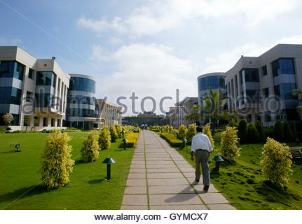 An employee walks in the Infosys Technologies campus in Electronics City in Bangalore, January 20, 2003. Infosys, - Stockfoto