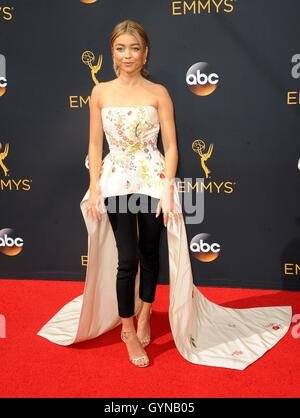 Los Angeles, CA, USA. 18th Sep, 2016. Sarah Hyland at arrivals for The 68th Annual Primetime Emmy Awards 2016 - - Stock Photo