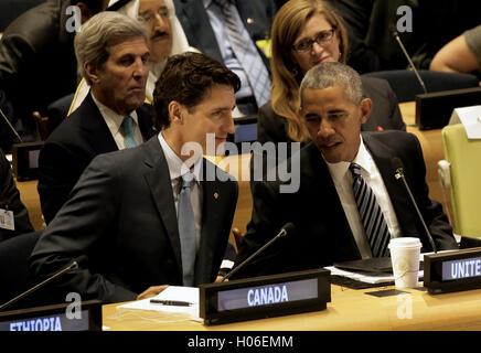 New York, New York, USA. 20th Sep, 2016. United States President Barack Obama (R) speaks with Canada's Prime Minister - Stock Photo