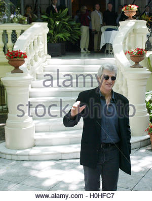 American actor Richard Gere poses on the steps of his hotel during a  photocall in Madrid June 10, 2002. Gere is - Stock Photo