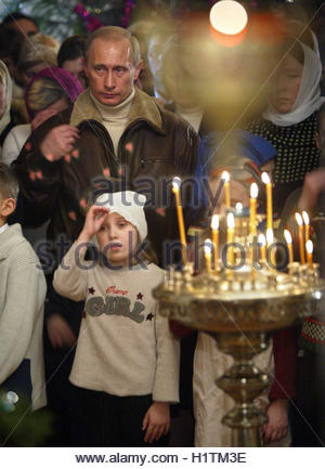 Russian President Vladimir Putin crosses himself at a Christmas service in the ancient Church of Nativity of the - Stockfoto