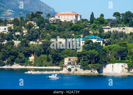 Homes and apartments on the coast at Villefranche-sur-Mer on the Cote d'Azur, France - Stockfoto