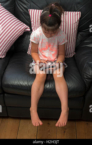 4-year girl using a smart phone to go online - Stockfoto