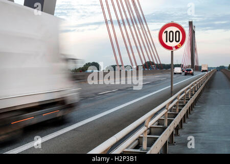 Speed limit 100 km / h on the motorway bridge near Düsseldorf - Stockfoto