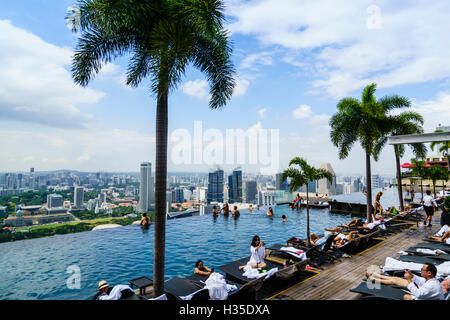 Infinity pool on the roof of the Marina Bay Sands Hotel with spectacular views over the Singapore skyline, Singapore - Stock Photo