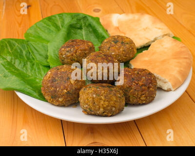Falafel with romano salad and pita - Stockfoto