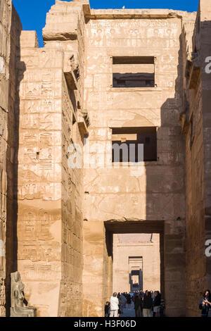 Die Leichenhalle Tempel von Ramses III in Medinet Habu, einer wichtigen neuen Reich Periode Struktur in der Westbank - Stockfoto