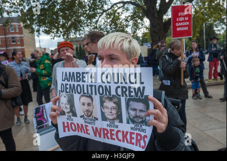 London, UK. 8th October 2016. Sid Skill of Class War holds up a poster 'Lambeth Council Demolition Crew' with picutres - Stock Photo