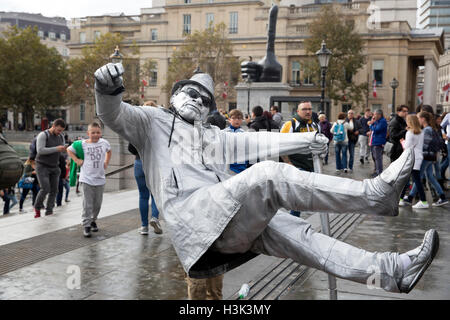 London,UK,8th October 2016,Life statue painted in silver floats mid air in Trafalgar Square London©Keith Larby/Alamy - Stockfoto