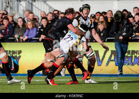 Barnet Copthall, London, UK. 09th Oct, 2016. Aviva Premiership Rugby. Saracens versus Wasps. sw22 is tackled by - Stockfoto