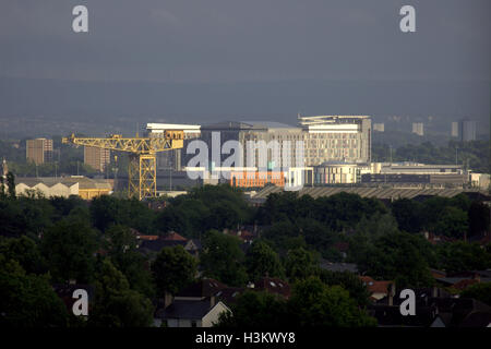 Glasgow super hospital the Queen Elizabeth known as the death star from a distance he Barclay Curle shipyards crane - Stockfoto