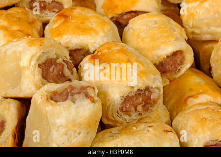 extreme close up freshly baked homemade cocktail sausage rolls - Stockfoto
