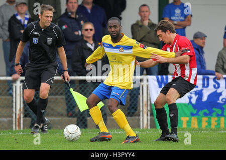 James Hammond of Wealdstone holds off Leigh Bremner of Hornchurch - AFC Hornchurch vs Wealdstone - FA Challenge - Stock Photo
