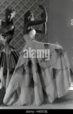 Schaufensterpuppen in festlichen Abendkleidern, hergestellt aus dem Kunstfaserstoff Vistra des Chemieunternehmens - Stock Photo