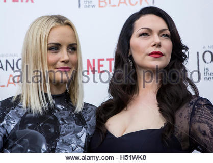 Cast members Laura Prepon (R) and Taylor Schilling attend the season two premiere of 'Orange is the New Black' in - Stockfoto