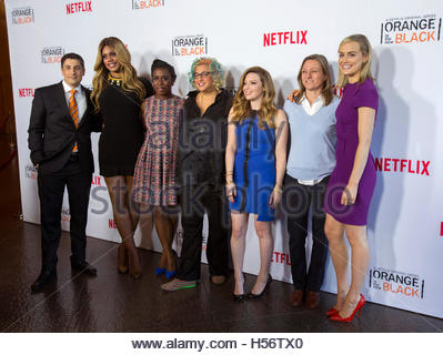 Creator Jenji Kohan (C) poses with Netflix VP of Original Content Cindy Holland (2nd R) and cast members (from L - Stockfoto